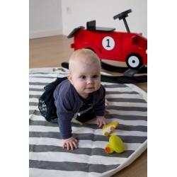 Bebé jugando en la Alfombra Tipi